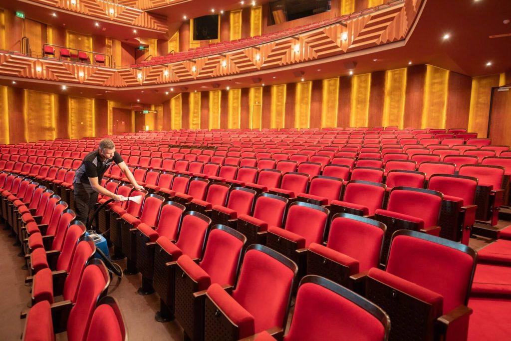 cinco theaterstoelen reinigen